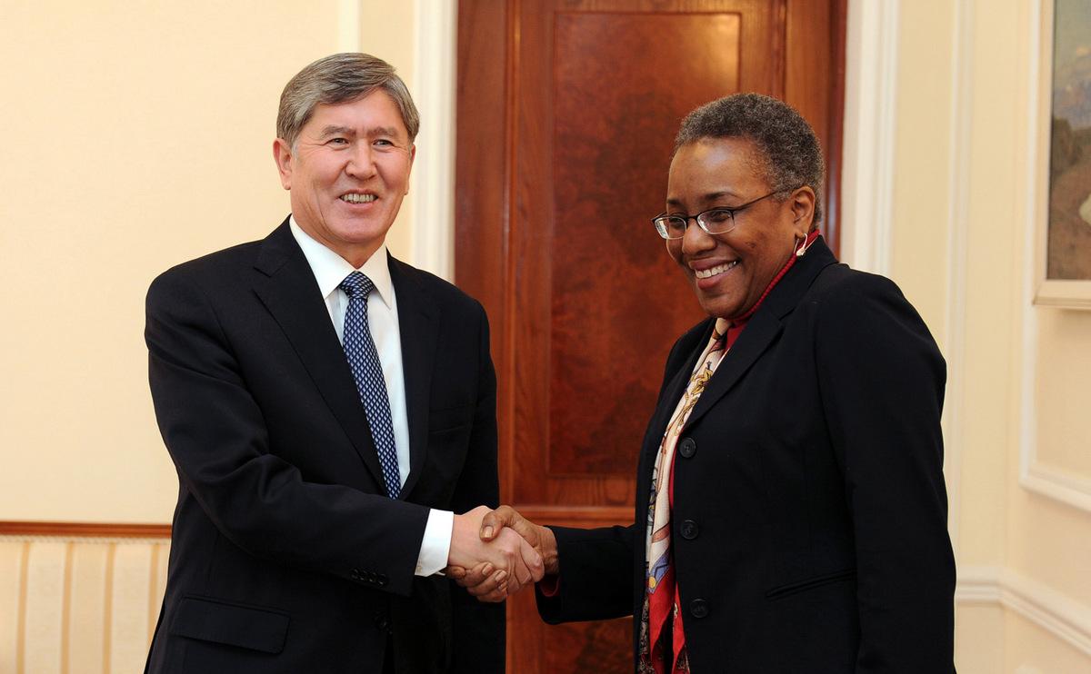 Атамбаев и бывший посол США в Кыргызстане Памела Спратлен.