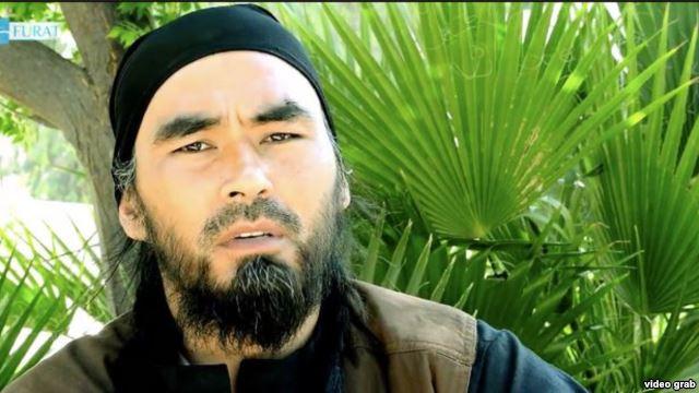 """Скриншот с изображением Абу Хуссейн аль-Узбеки, боевика их Узбекистана, из видео """"Фурат Медиа""""."""