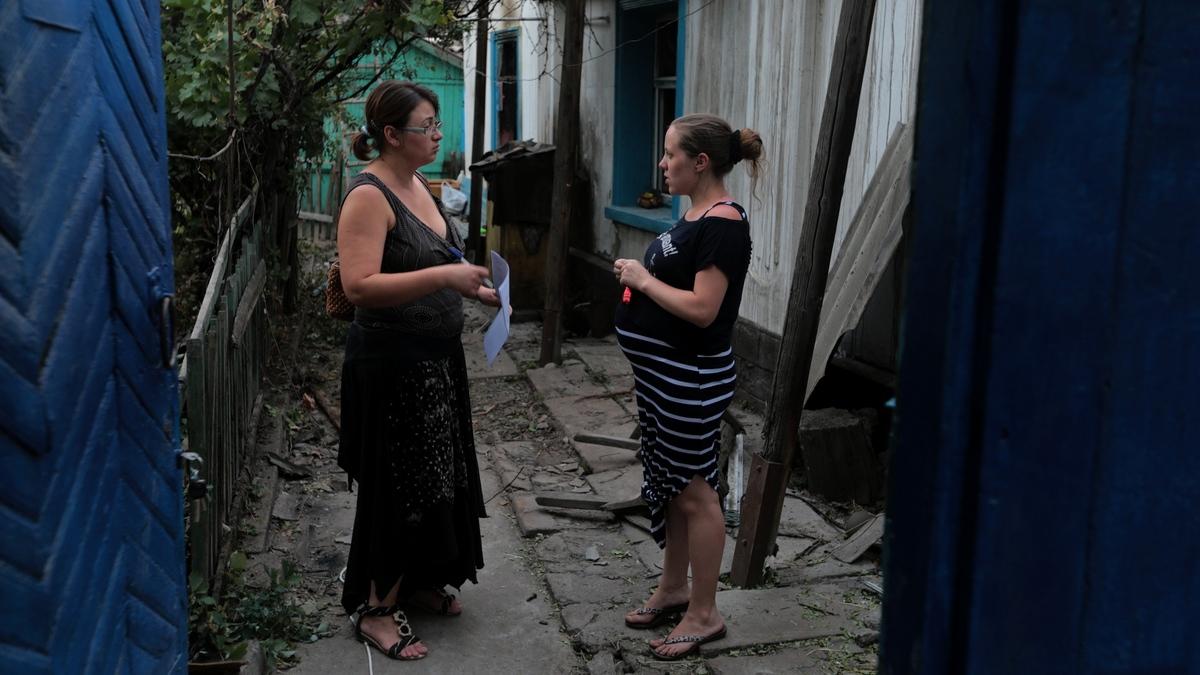 Татьяна, жительница Бишкека, узнает у пострадавших, какая помощь им необходима.