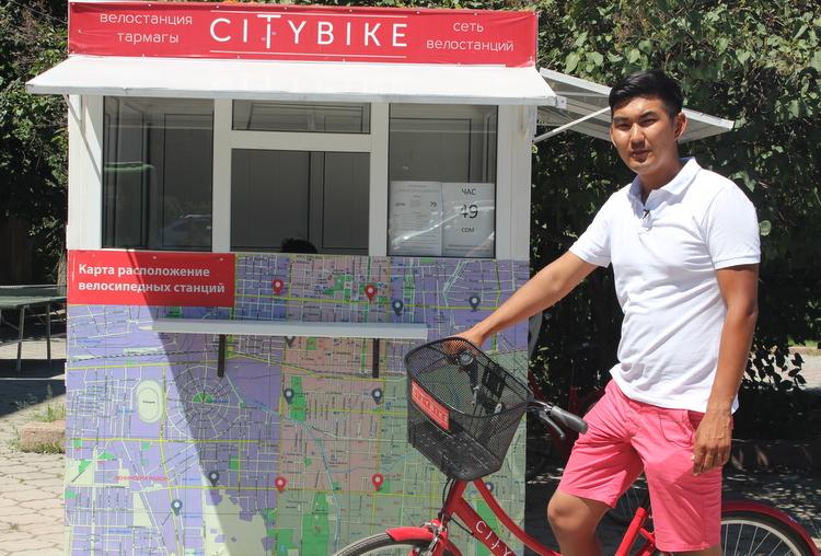 Медер Джаманбаев рядом с одной из станций велопроката.