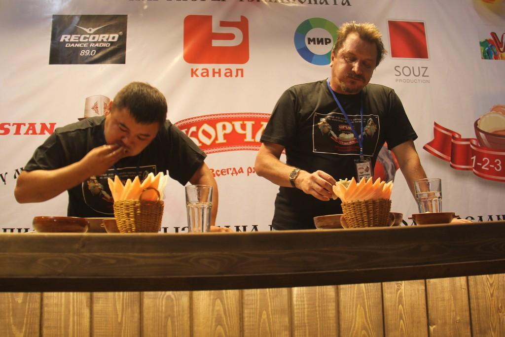Участники соревнований соревновались в три этапа. Каждому из них выдавалась порция из 25 вареников, которые они должны были съесть на время.