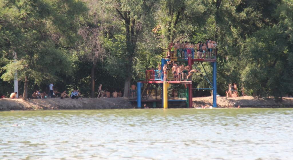 """2 июля, когда """"аномальная жара"""" только начала мучить бишкекчан, на Комсомольском озере отдыхали сотни горожан."""