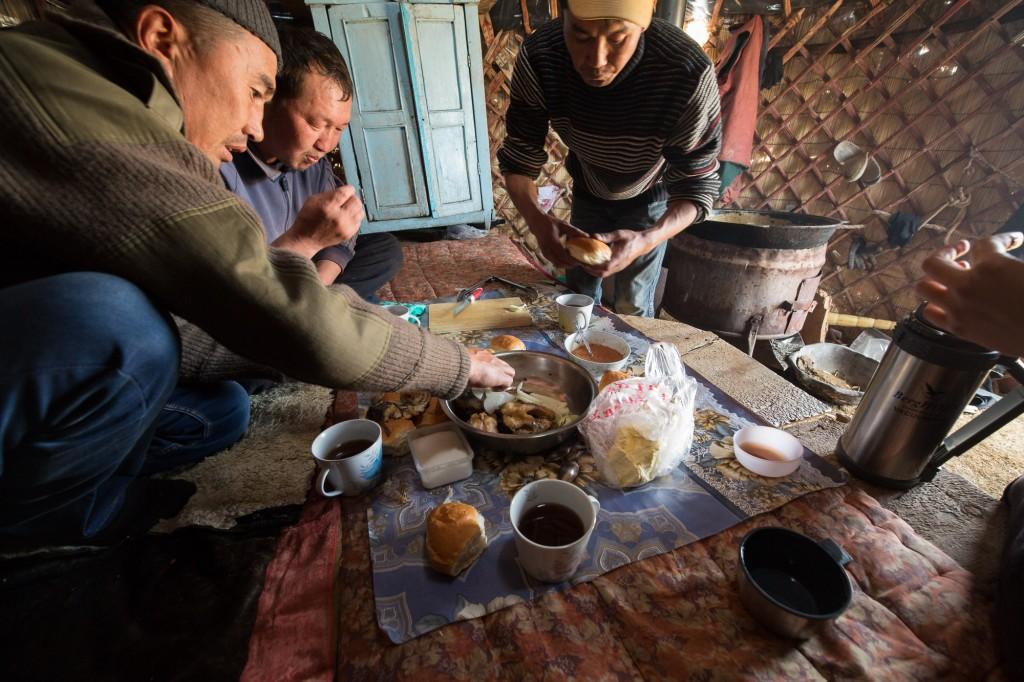 Сон-Куль. Рыбаки обедают в своей юрте