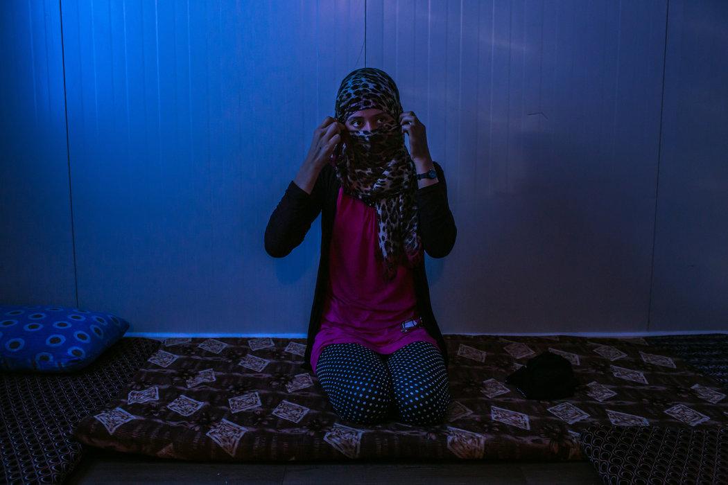 Женщина, которую, по ее словам, насиловали боевики ИГИЛа, в лагере для беженцев в Курдистанской области северного Ирака.