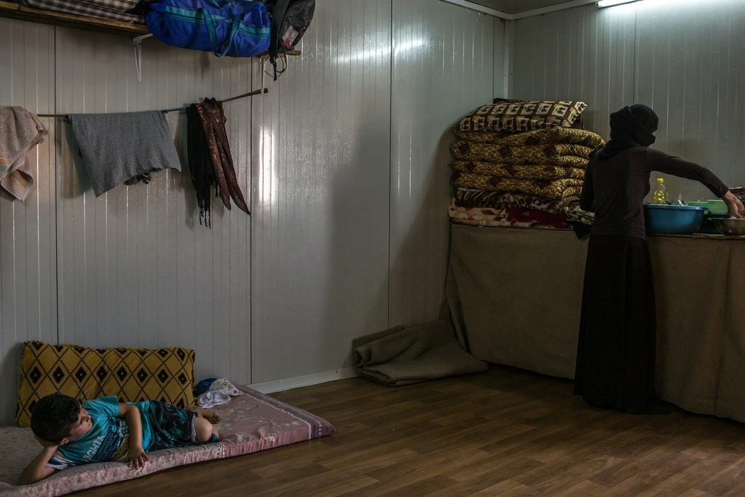 Женщина из села Тоджо, которая моет посуду в лагере беженцев в Курдистане. Она была в плену у «Исламского государства» с августа 2014 года по июнь 2015 года — по её словам, к ней применяли сексуальное насилие. Автор: Маурисио Лима / «Нью-Йорк Таймс».