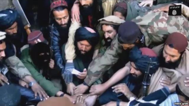 """Боевики """"ИДУ"""" приносят присягу на верность главе """"Исламского государства"""" Абу Бакру Аль-Багдади. Фото из кадра видео, обнародованного 6 августа 2015 года."""