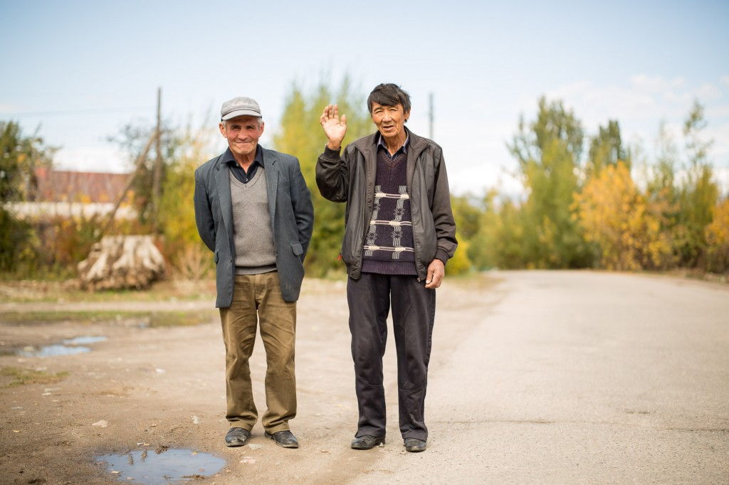 Каракол, Кыргызстан. Дружелюбный прохожий спросил не хотим ли мы выпить с ними вместе
