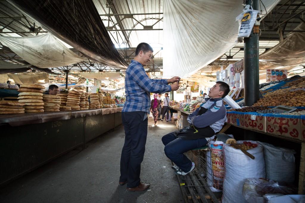 Бишкек, Кыргызстан: Фотографируя спящего продавца на Ошском рынке