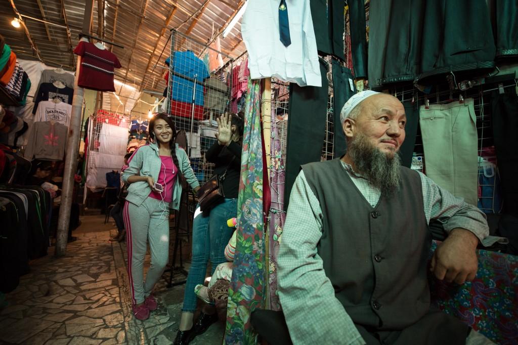 Бишкек, Кыргызстан: Между футболками и штанами на Ошском базаре