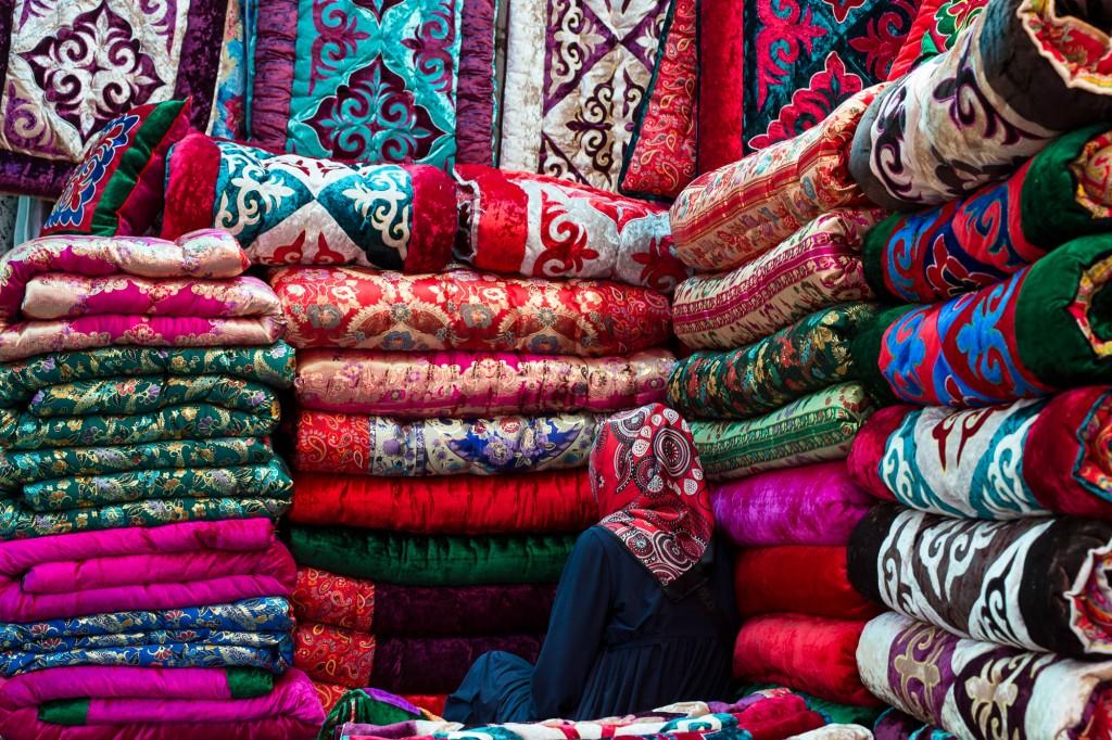 Бишкек, Кыргызстан: Продажа одежды на Ошском рынке