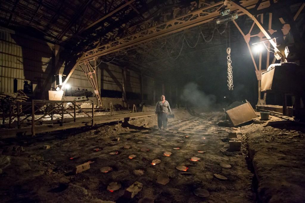 Каракол, Кыргызстан. Мадина работает в ночную смену на кирпичном заводе