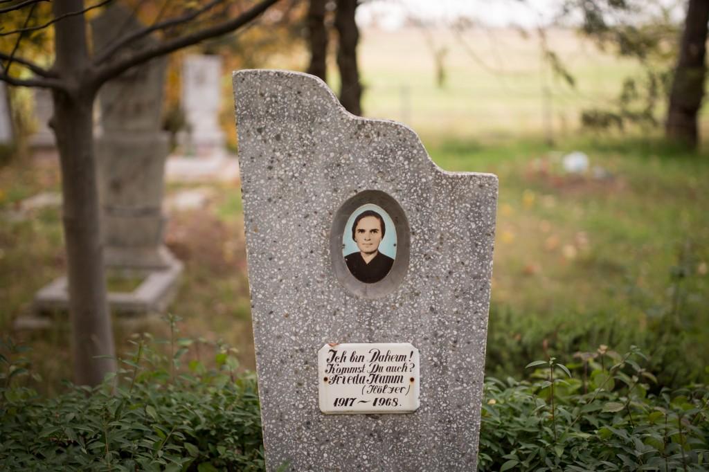 Рот-Фронт, Кыргызстан. Немецкая могила 20-го века. Надпись гласит:  «Я дома. Ты тоже едешь?»