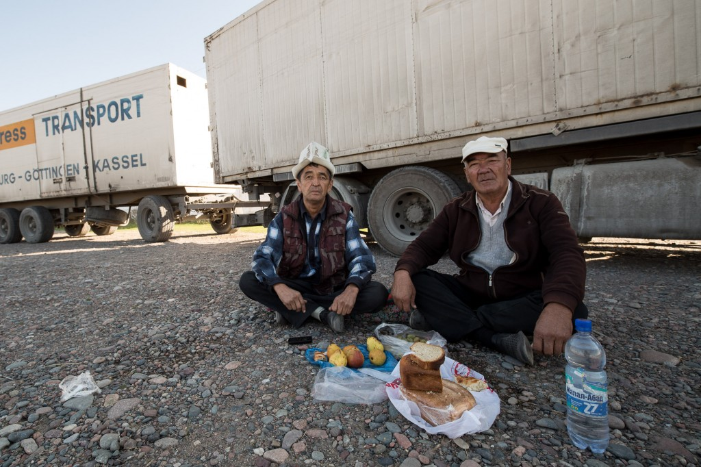 Водители грузовиков, наслаждаются своей едой перед грузовиками. Грузовики первоначально из Германии.