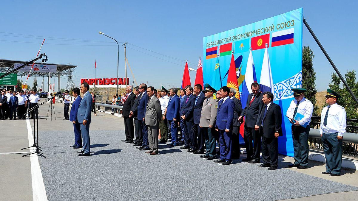 Церемония в честь официальной отмены таможенных процедур на кыргызско-казахской границе, 12 августа 2015 года.
