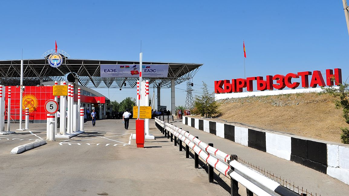 Переход кыргызской границы из Казахстана по особому каналу для жителей Евразийского союза справа.