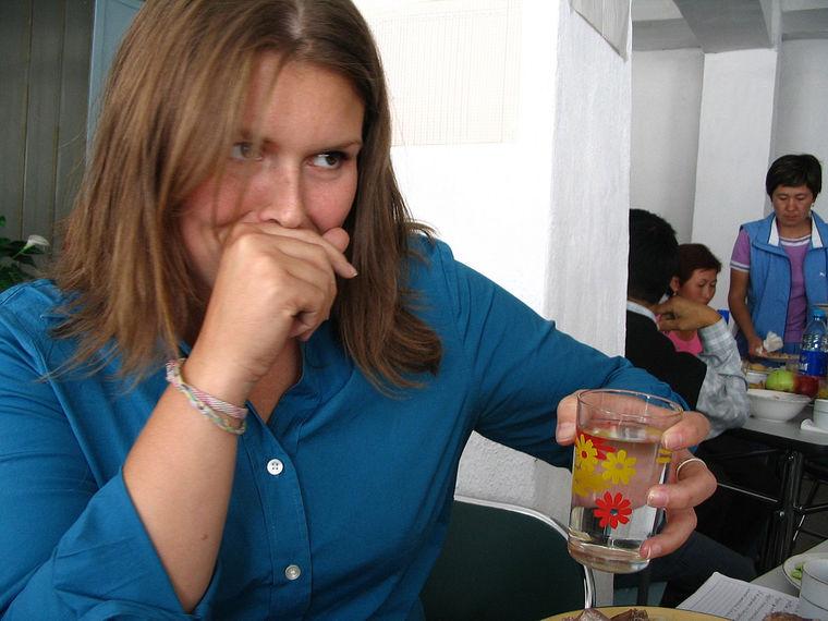 Дженнифер ест глаз барана, который в Кыргызстане предлагают почетному гостю