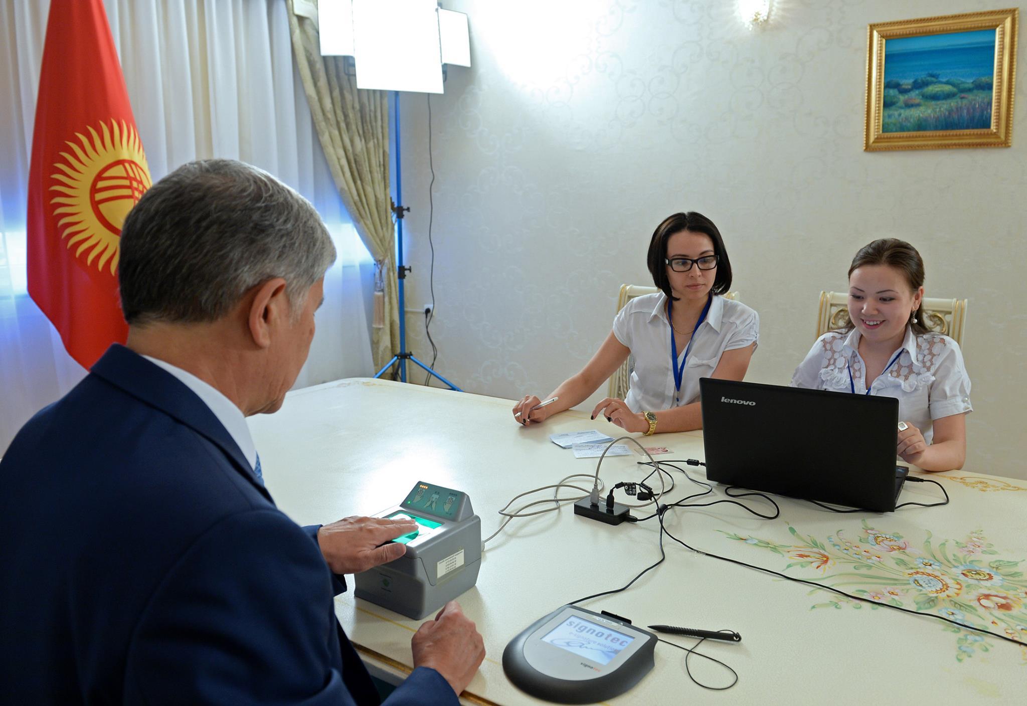 Президент Алмазбек Атамбаев сдал свои биометрические данные спустя год после начала кампании по сбору биометрии.