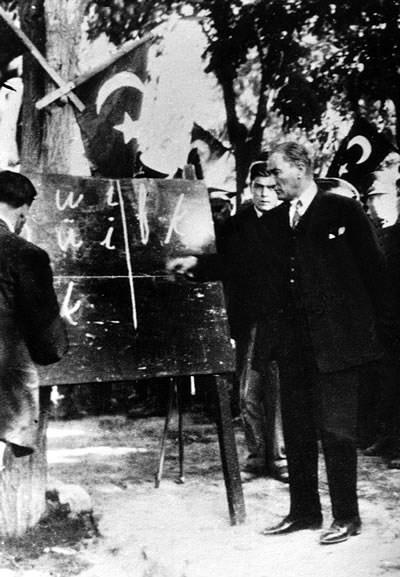 Ататюрк показывает жителям города Кайзери, как читать новую турецкую латиницу, 1928 год.
