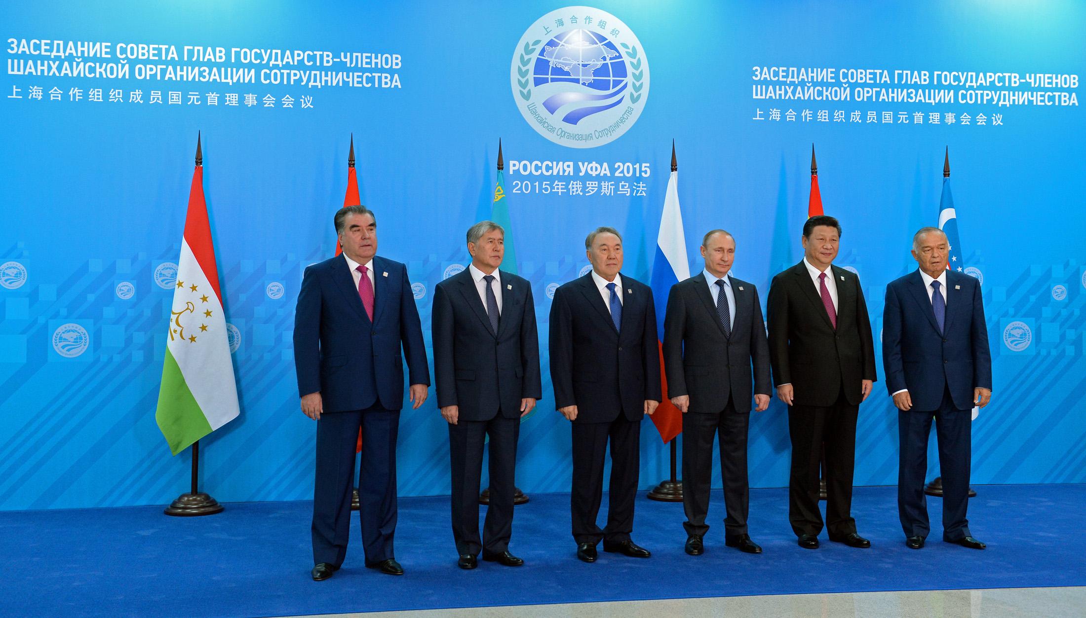 Президенты стран-участниц Шанхайской организации сотрудничества. Слева-направо: Эмомали Рахмон (Таджикистан), Алмазбек Атамбаев (Кыргызстан), Нурсултан Назарбаев (Казахстан), Владимир Путин (Россия), Си Цзиньпинь (Китай) и Ислам Каримов (Узбекистан).