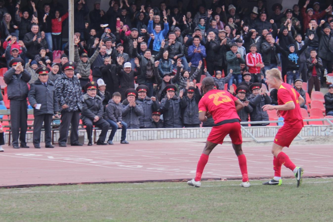Кыргызские футболисты празднуют гол в ворота сборной Таджикистан, март 2013 года. Фото: Гульжан Турдубаева / Kloop.kg