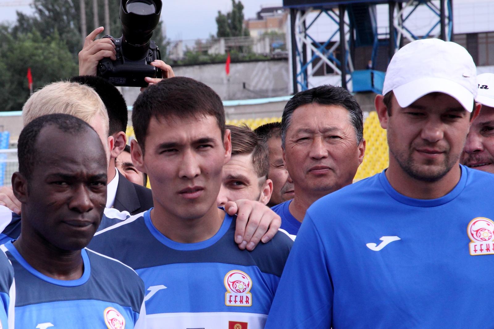 Крестинин (справа, в белой кепке) вместе с кыргызскими футболистами на встрече с президентом Алмазбеком Атамбаевым, июнь 2015 года.
