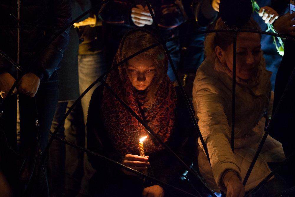 Несколько тысяч человек собрались на траурную акцию на Дворцовой площади Петербурга, чтобы почтить память погибших. Фото: Андрей Куликов, «Бумага»