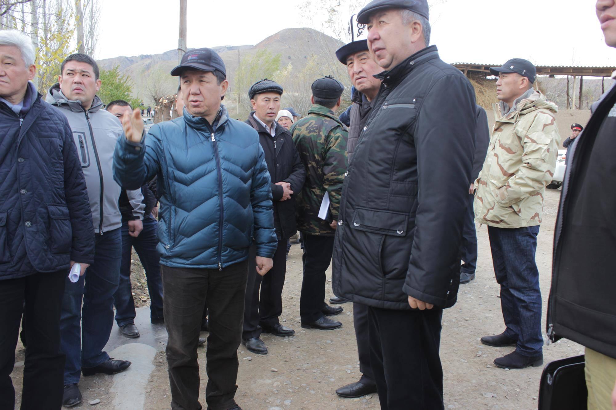 Премьер-министр Темир Сариев и министр чрезвычайных ситуаций Кубатбек Боронов посетили пострадавшие от серии землетрясений 17-18 ноября села в Ошской области.
