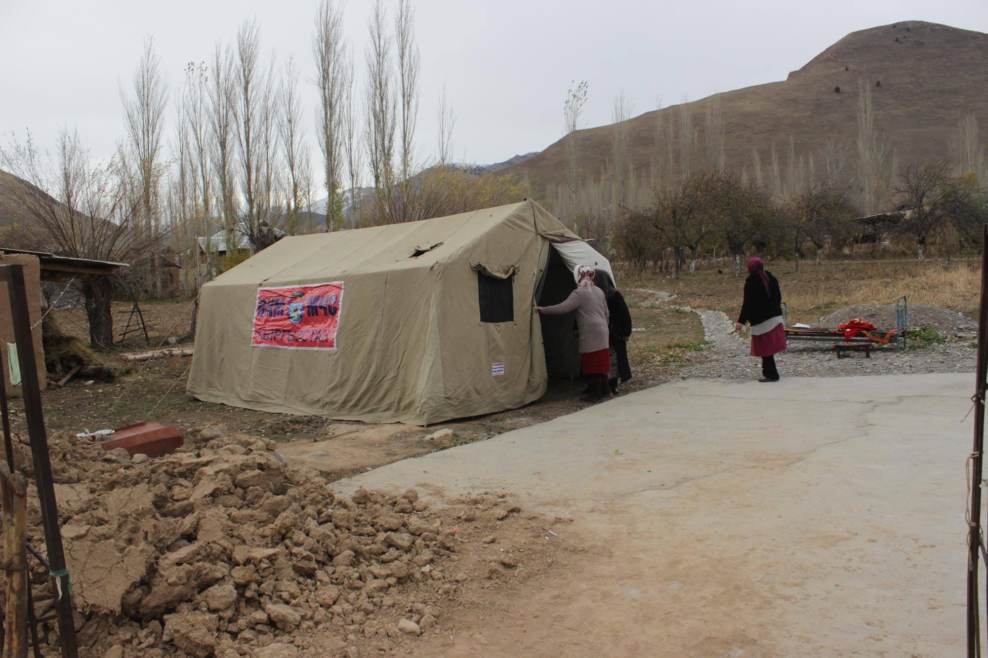 Для жителей Кара-Сууйского района, оставшихся без жилья, выделены палатки. Фото: Пресс-служба МЧС.