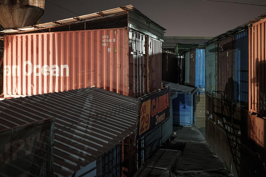 Рынок «Дордой» вмещает около 30 тысяч контейнеров.