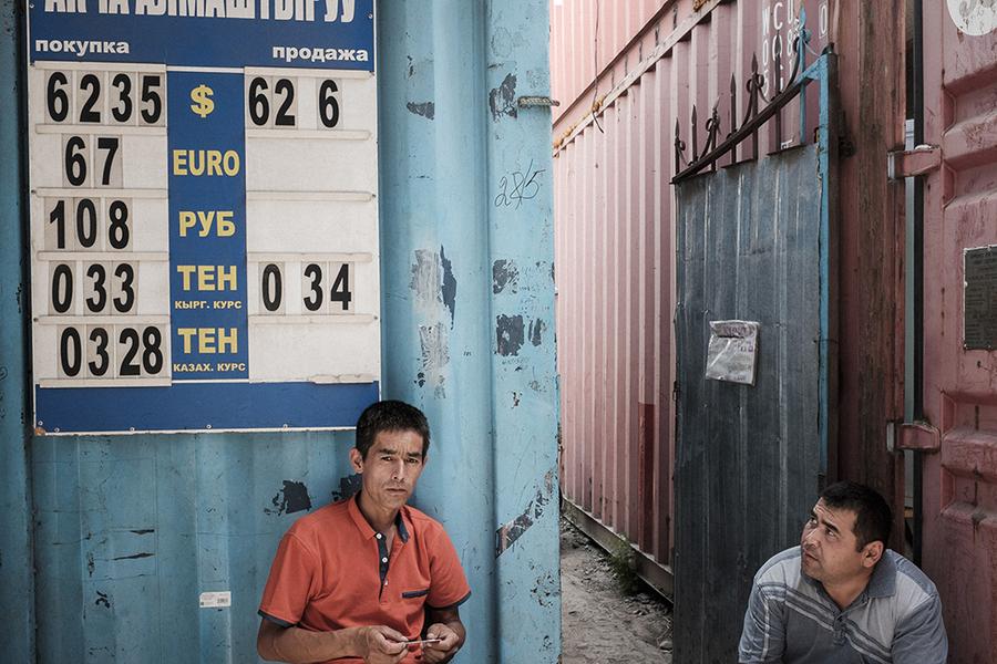 Пункт обмена валют показывает отношение сома к доллару США, евро, рублю и валютам Средней Азии.