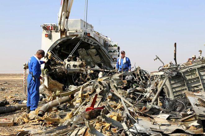 Обломки пассажирского А321 после крушения на Синайском полуострове в Египте.