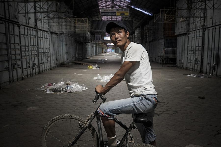 Нурбек, носильщик, живет со своей женой и тремя детьми внутри рынка.