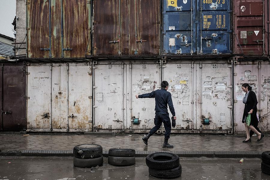 Охранник показывает покупателю, где можно укрыться от дождя.