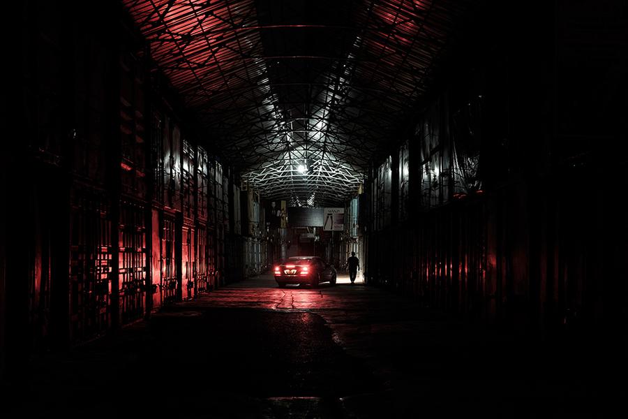 Торговцы могут обслуживать или переоборудовать контейнеры только поздно ночью, когда в проходах есть место для автомобилей со снабжением.