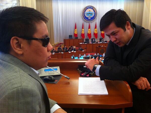 """Дастан Бекешев (СДПК) и Жоомарт Сапарбаев (""""Ата Мекен"""") входят в группу депутатов, которую называют """"молодой""""."""