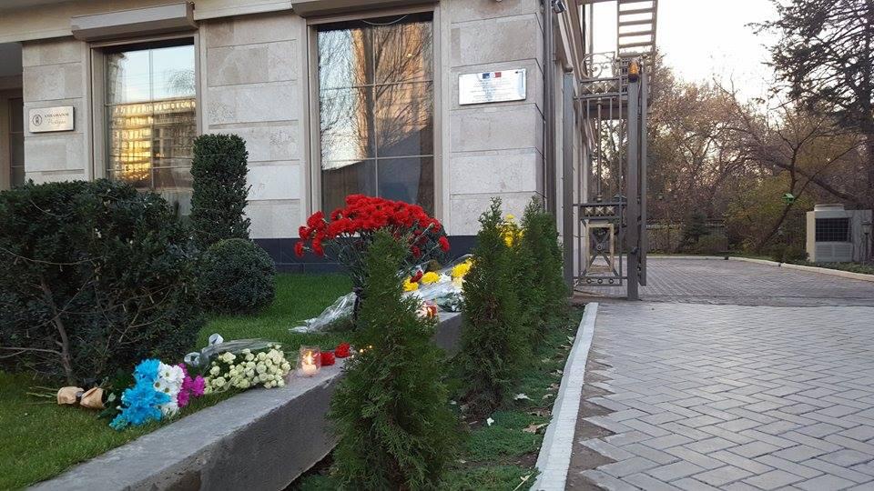 Цветы у посольства Франции в Бишкеке. Анна Лелик/Kloop.