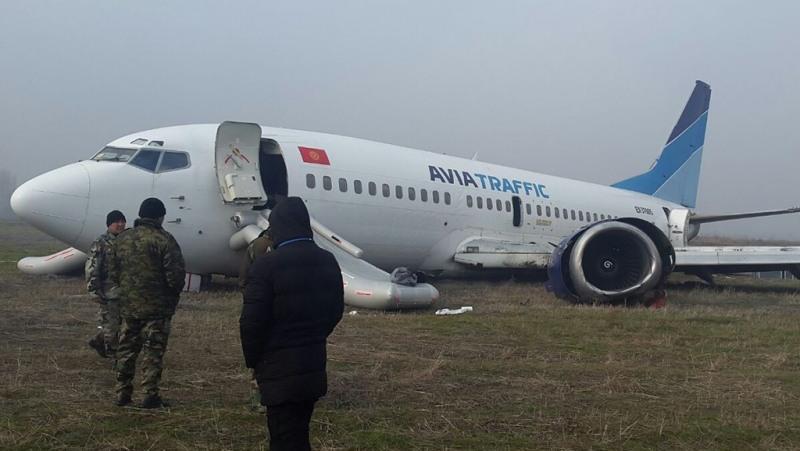 """Самолет компании """"Авиа Траффик"""" после аварийной посадки в ошском аэропорту."""