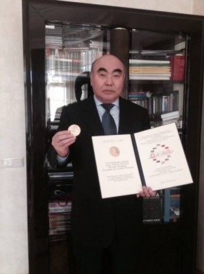 Аскар Акаев со грамотой и медалью имени Саймона Кузнеца.