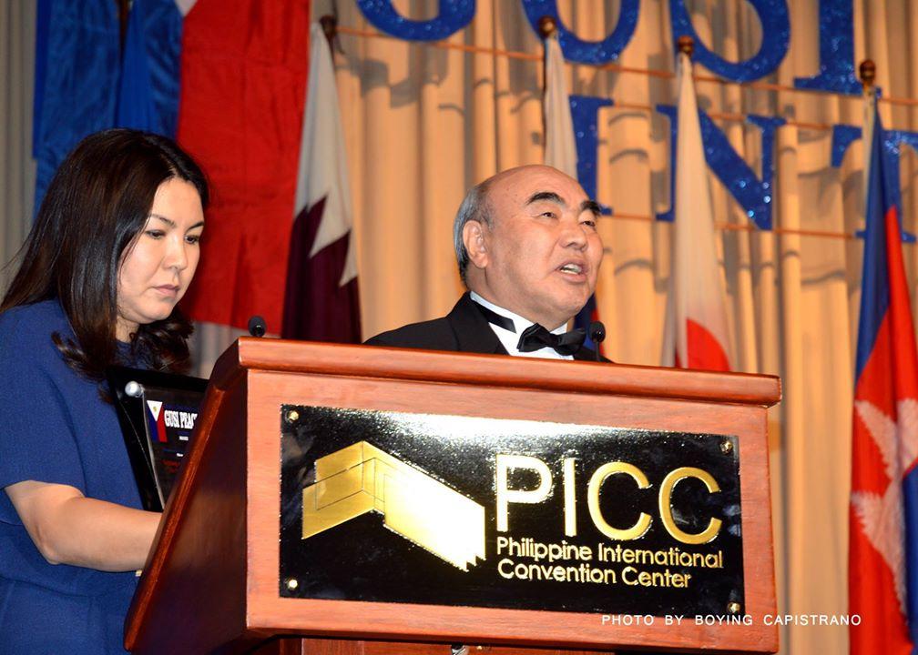 Аскар Акаев выступает с речью на церемонии награждения.