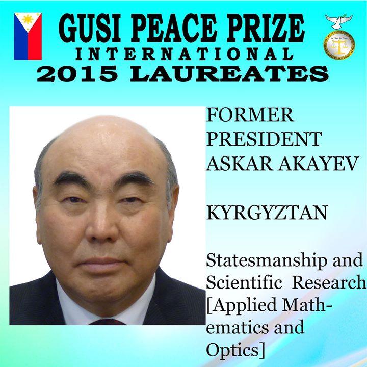 Официальная фотография Фонда премии мира Гузи: название Кыргызстана написано с ошибкой.