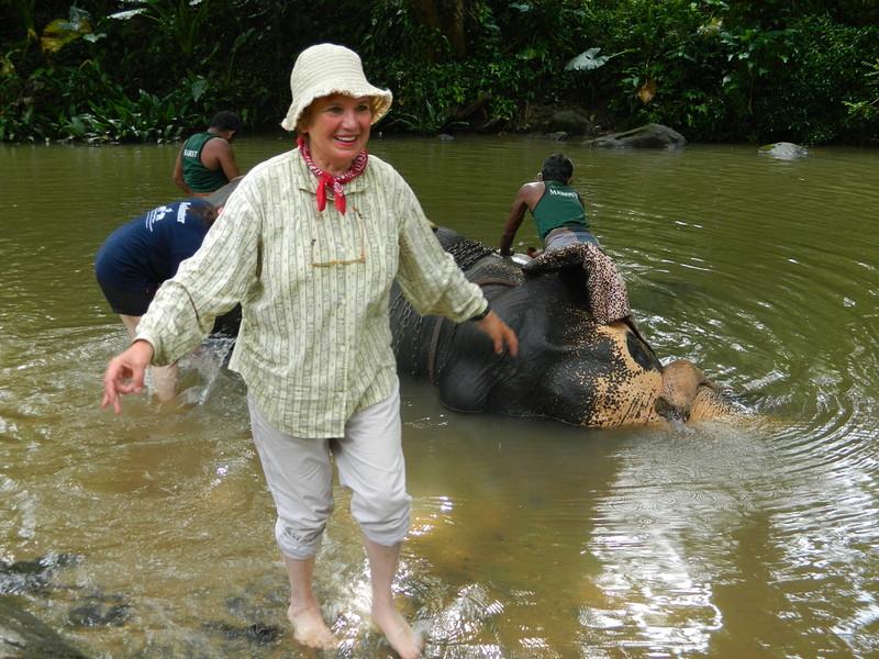 Ирина на Шри-Ланке помогает местным жителям мыть слона