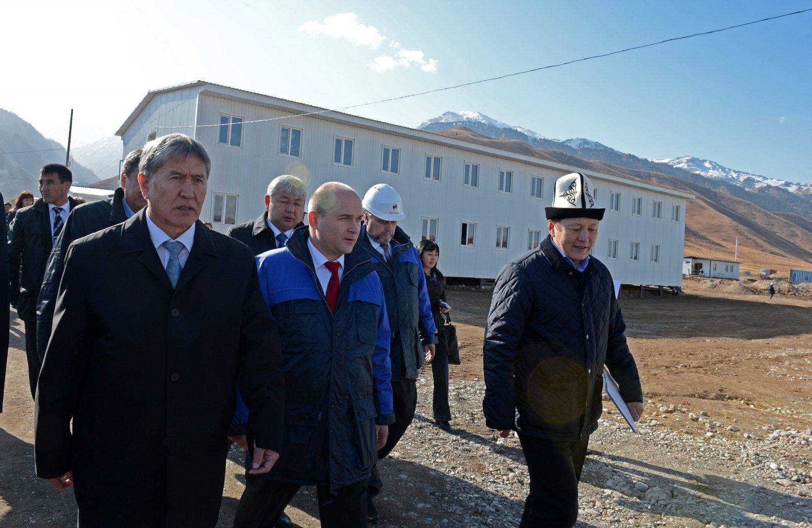 Президент Кыргызстана Алмазбек Атамбаев на встрече с руководством ЗАО «Верхне-Нарынские ГЭС» в октябре 2013 года. «Всего за три месяца на пустом месте был построен поселок со всей необходимой инфраструктурой. Это самый быстро реализуемый российский проект на территории республики», – отметил тогда Атамбаев.