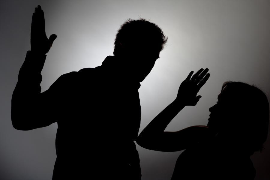 Mann-schlaegt-Frau-Silhouette-man-beats-a-woman