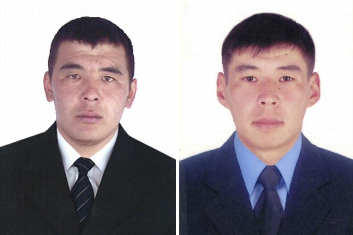 Пожарный Алтынбек Дүйшөналиев (слева) и сотрудник госрегистра Абаскан Нуралиев (справа).