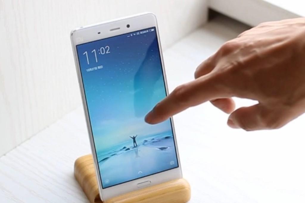 У Xiaomi Mi5 крайне тонкая рамка дисплея по бокам