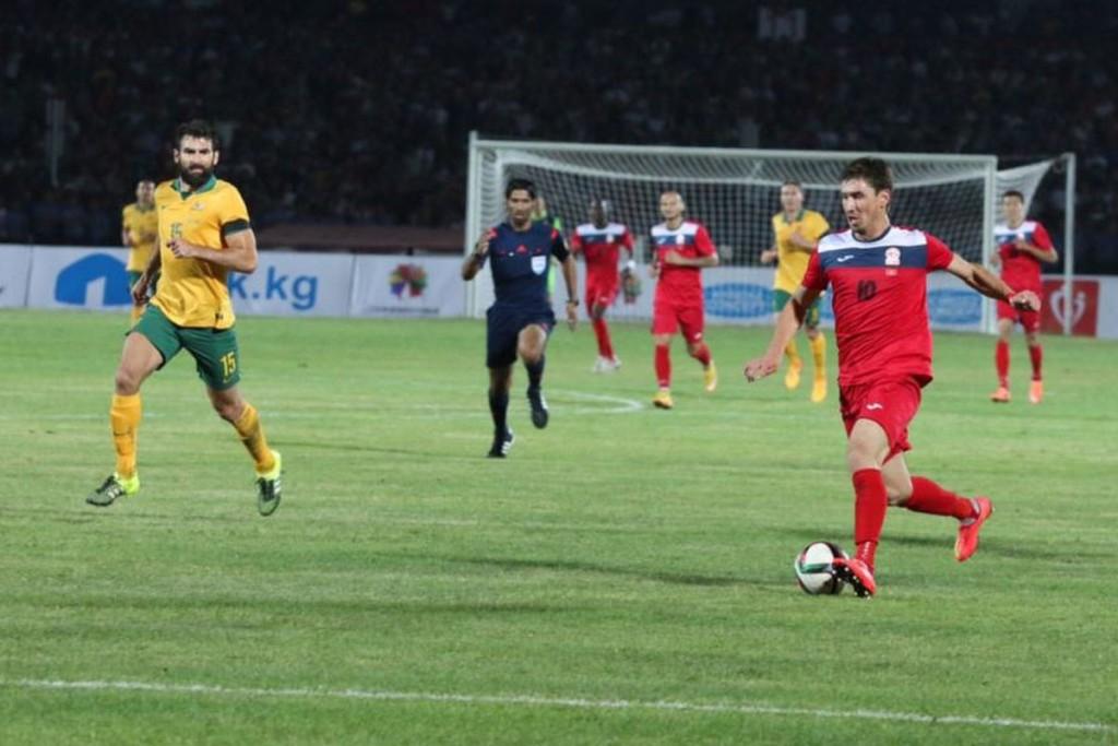 Кыргызские футболисты в выездной красной форме