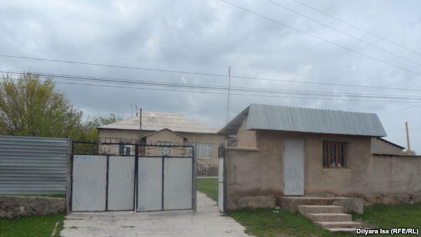 Дом в селе Казыгурт, в котором жил Марат Мауленов вместе с семьей. Южно-Казахстанская область, 29 марта 2016 года.
