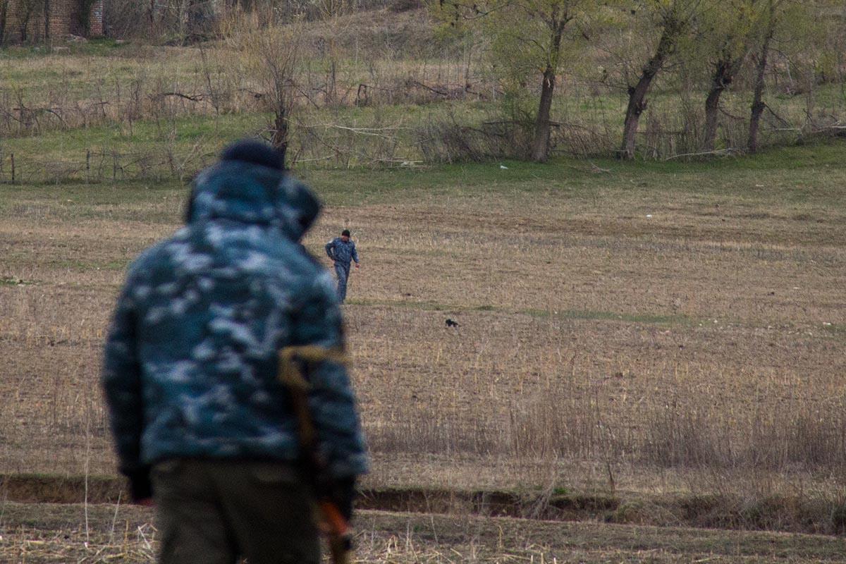 Кыргызские милиционеры переговаривали с узбекскими охранниками через ров.