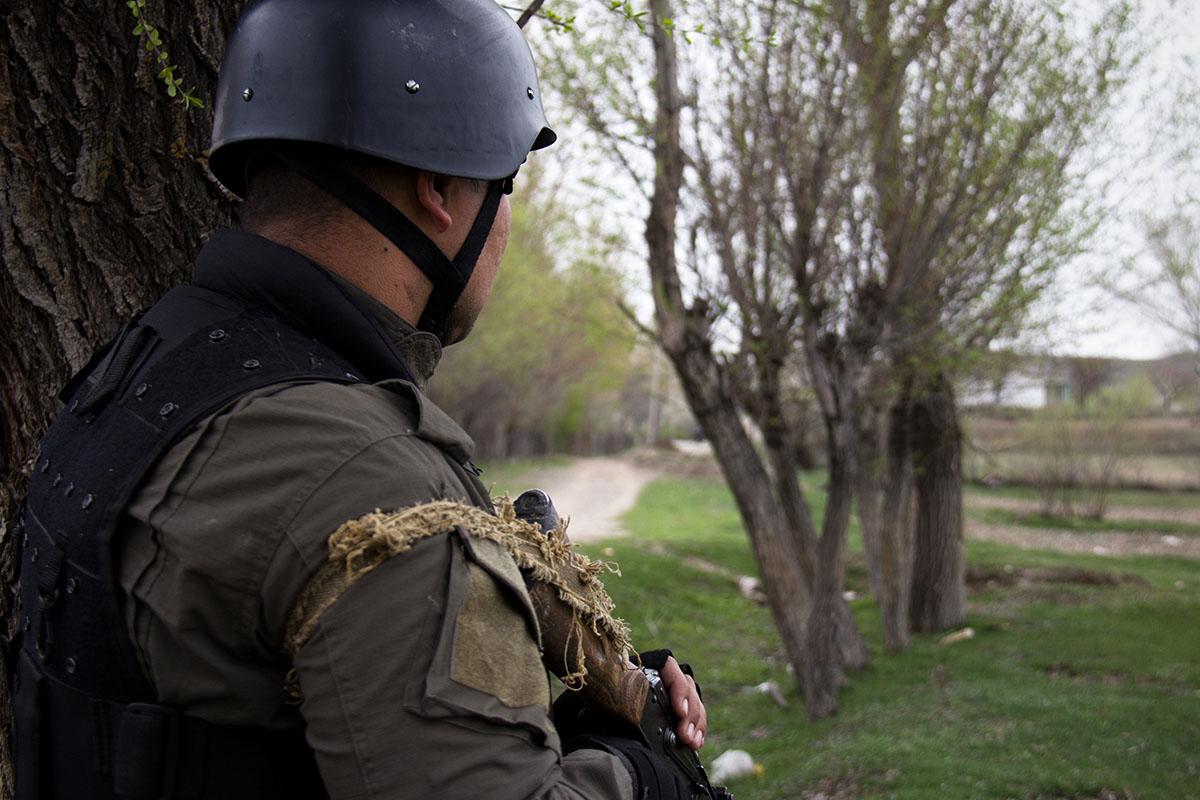 По итогам переговоров было решено убрать военных и БТРы со спорных территорий.