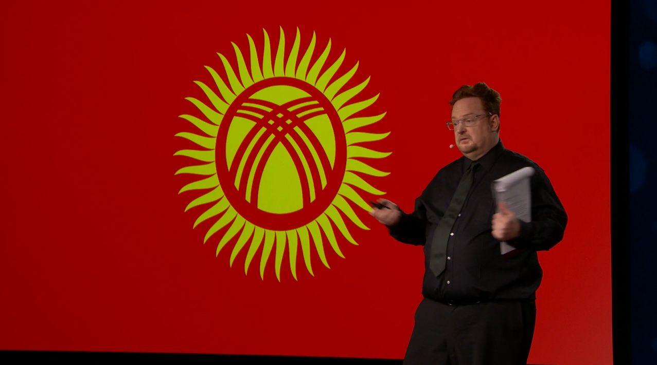 Директор программы TED Fellowship Том Райли объявляет о расширении географии конференции на церемонии открытия. Снимок экрана с официальной трансляции TED Live.